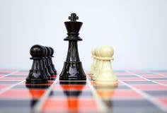 Rei e penhores da xadrez fotos de stock
