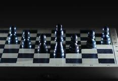 Rei e penhores no tabuleiro de xadrez Conceito da estratégia empresarial Foto de Stock