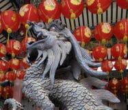 Rei feliz do dragão no potenciômetro antigo da vara de Joss do bronz com a lanterna vermelha da celebração no santuário chinês ve fotografia de stock royalty free