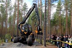 Rei Forest Harvester Presented do escorpião de Ponsse aos visores imagens de stock royalty free