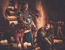 Rei medieval com seus cavaleiros no interior antigo do castelo fotos de stock