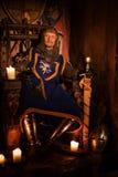 Rei medieval no trono no interior antigo do castelo fotos de stock royalty free