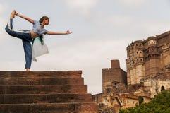 Rei praticando fêmea novo Dancer ou Natarajasana da pose da ioga fotos de stock
