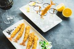 Rei Prawn servido com molho e limão Alimento de mar luxuoso com vidro do vinho tinto foto de stock