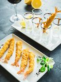 Rei Prawn servido com molho e limão Alimento de mar com vidro do vinho imagens de stock royalty free