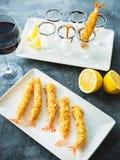 Rei Prawn servido com molho e limão Alimento de mar com vidro do vinho tinto fotos de stock royalty free