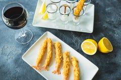 Rei Prawn servido com molho e limão Alimento de mar com vidro do vinho tinto fotos de stock