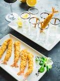 Rei Prawn servido com molho e limão Alimento de mar com vidro do vinho tinto imagem de stock royalty free