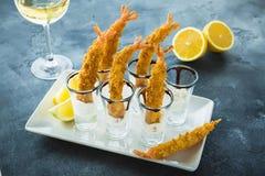 Rei Prawn servido com molho e limão Camarão com vidro do vinho branco imagens de stock royalty free