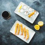 Rei Prawn servido com molho e limão Camarão com vidro do vinho tinto Configuração lisa foto de stock