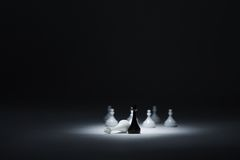 Rei preto ao lado do rei branco derrotado, penhores brancos na parte traseira Fotografia de Stock