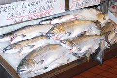 Rei salmão atlântico no mercado. imagens de stock