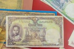 Rei tailandês Bhumibol Adulyadej do vintage em cédulas Baht tailandês velho Fotografia de Stock Royalty Free