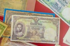 Rei tailandês Bhumibol Adulyadej do vintage em cédulas Baht tailandês velho Imagens de Stock