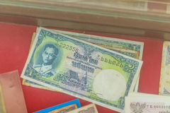 Rei tailandês Bhumibol Adulyadej do vintage em cédulas Baht tailandês velho Foto de Stock Royalty Free