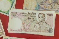 Rei tailandês Bhumibol Adulyadej do vintage em cédulas Baht tailandês velho Imagem de Stock