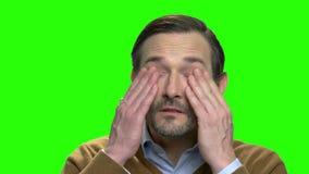 Reibende müde Augen des Mannes stock footage