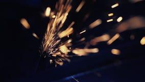 Reibender Bau der Arbeitskraft Metallmit einer Kreissäge stock video footage