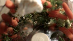 Reibender Blumenkohl, Karotten und Brokkoli in einer Mischmaschinenmaschine stock video