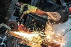 Reibender Stahl als Funken fliegen Stockfotos