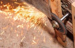 Reibendes Blatt mit Flamme in der Fabrik lizenzfreie stockfotografie