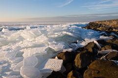 Reibendes Eis auf Wasserrand Lizenzfreies Stockbild