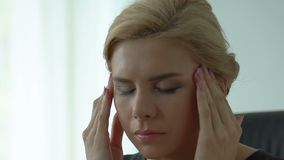 Reibungstempel Damenchefs, Workaholic, stressiger Job, ernste Entscheidung treffend stock video