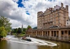 Reich-Hotel und das Pulteney-Wehr auf Fluss Avon am Bad Somerse stockfotos