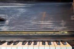 Reich verziert für Weihnachten mit Rot und Goldverzierungen und -lichter auf dem Hintergrund eines alten Klaviers Elegante Karte  stockfotografie