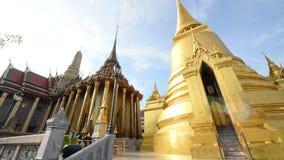 Reich verzierte goldene Gebäude des großartigen Palasttempels in Bangkok stock footage