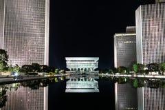 Reich-Zustands-Piazza-Reflexion nachts lizenzfreie stockfotos