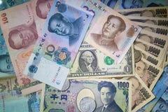 Reiche Banknoten und Münze des Hintergrundgeldes Lizenzfreie Stockfotos