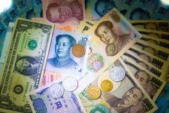 Reiche Banknoten und Münze des Hintergrundgeldes Stockbilder