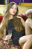 Reiche Frau auf teurem Sofa Stockfotografie