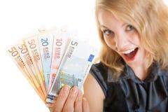 Reiche glückliche Geschäftsfrau, die Eurowährungsgeldbanknoten zeigt Lizenzfreies Stockfoto