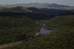 Reiche grüne bewaldete Berge und Fluss in den Hochländern, Draufsicht lizenzfreies stockbild