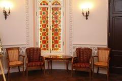 Reiche Möbel in einem Innenraum Der reiche Innenraum dieses alten Palastes Stockfotos