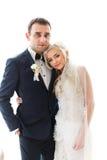 Reiche pflegen sich und Braut huggingoutdoor Hintergrund-Wandgras wärmen a Stockbild