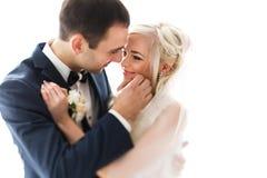 Reiche pflegen sich und Braut huggingoutdoor Hintergrund-Wandgras wärmen a Lizenzfreie Stockfotos