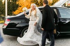 Reiche pflegen sich und Braut huggingoutdoor Hintergrund-Wandgras wärmen a Lizenzfreie Stockfotografie