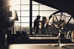 Reiche pflegen sich und Braut huggingoutdoor Hintergrund-Wandgras wärmen a Lizenzfreie Stockbilder