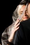 Reiche pflegen sich und Braut huggingoutdoor Hintergrund-Wandgras wärmen a Stockfotos