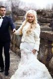 Reiche pflegen sich und Braut huggingoutdoor Hintergrund-Wandgras wärmen a Stockfotografie
