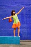 Reicher Farbkontrast auf dem Porträt eines schönen Mädchens Stockbild