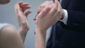 Reicher Geschäftsmann, der der glücklichen Frau, Geschenk Schlüssel mit Hauptaufschrift zum Liebhaber gibt stock video footage