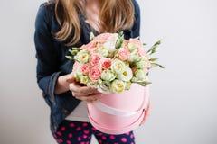 Reiches Bündel des Rosas , grüner frischer Frühlingsblumenstrauß des Blattes in der Hand Blaues Meer, Himmel u Zusammensetzung Ha Stockfotos