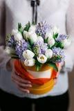 Reiches Bündel, grüner frischer Frühlingsblumenstrauß des Blattes in der Hand Blaues Meer, Himmel u Zusammensetzung Hatbox Lizenzfreie Stockfotos