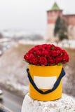 Reiches Bündel rosa Eustoma und Rosen blüht, grüner frischer Frühlingsblumenstrauß des Blattes in der Hand Blaues Meer, Himmel u  Lizenzfreies Stockfoto