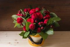 Reiches Bündel rosa Eustoma und Rosen blüht, grüner frischer Frühlingsblumenstrauß des Blattes in der Hand Blaues Meer, Himmel u  Lizenzfreie Stockfotos