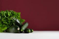 Reiches grünes Gemüse auf modernem vorzüglichem marsala Hintergrund stockfotografie